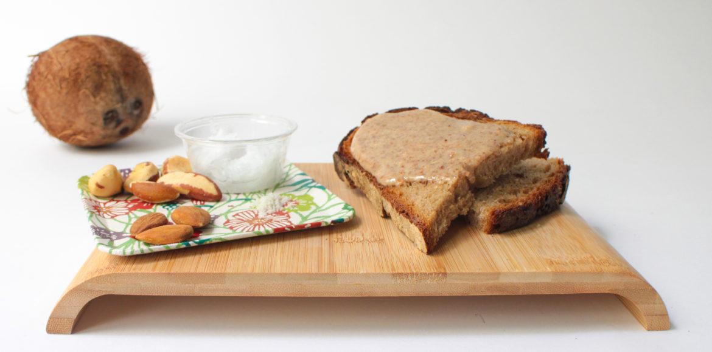 tartine de pain avec pate à tartiner maison aux amandes et aux noix du brésil et de coco